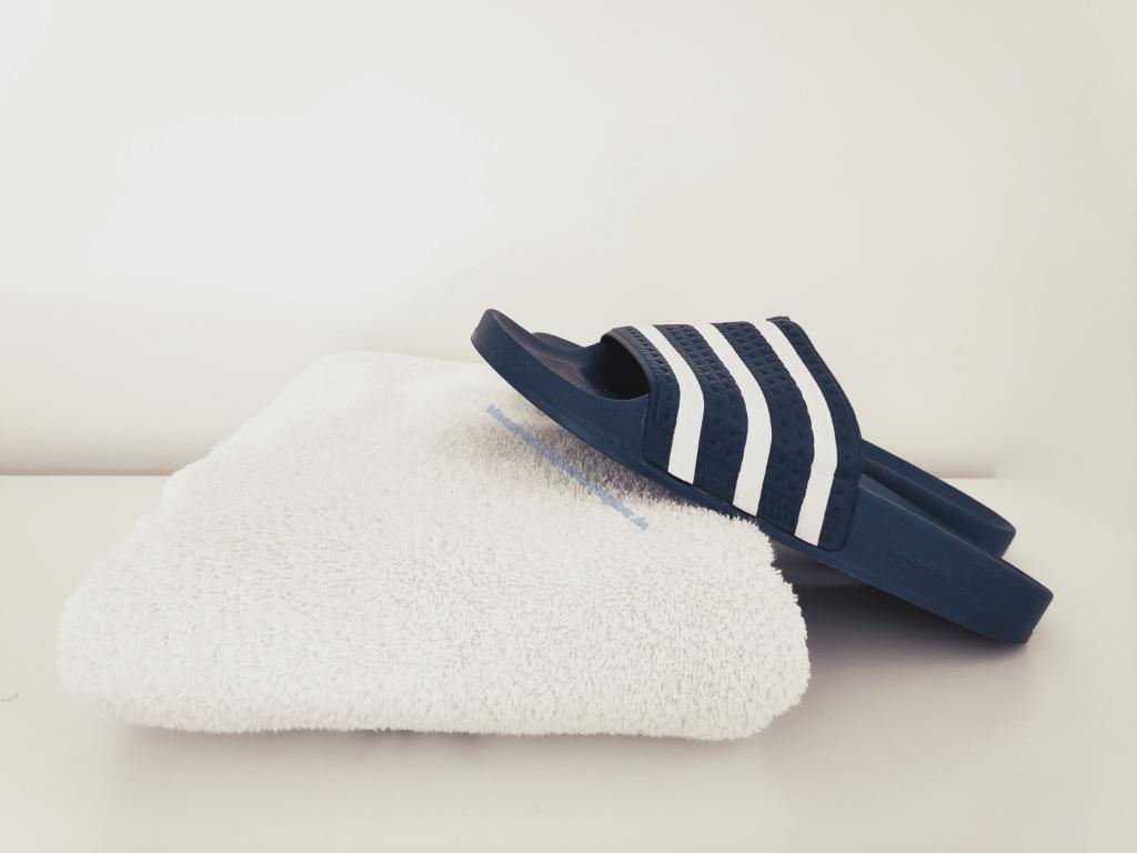 Badelatschen und Handtuch