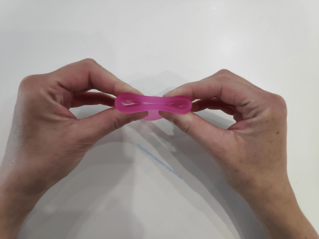 Menstruationstasse Faltung Cobra Schritt 1