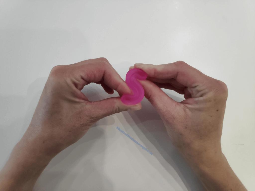 Menstruationstasse Faltung Cobra Schritt 2