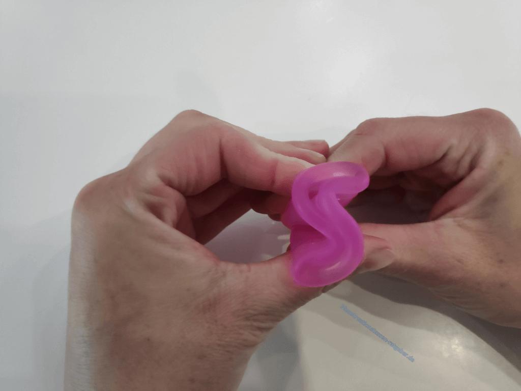 Menstruationstasse Faltung Cobra Schritt 3