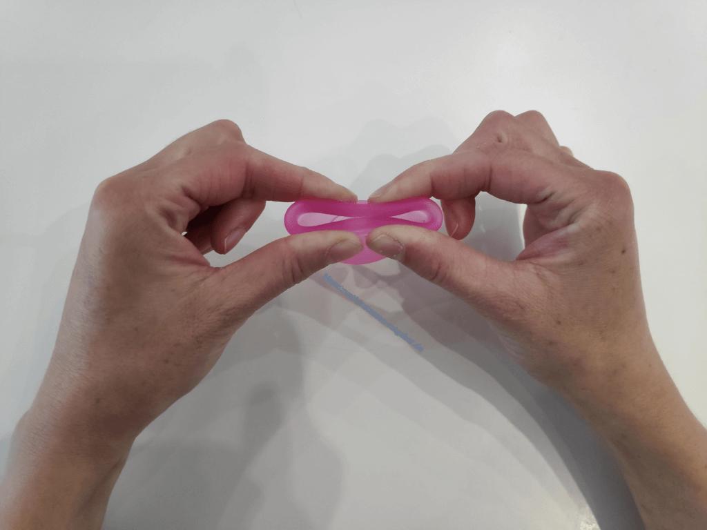 Menstruationstasse Faltung Herz Schritt 1