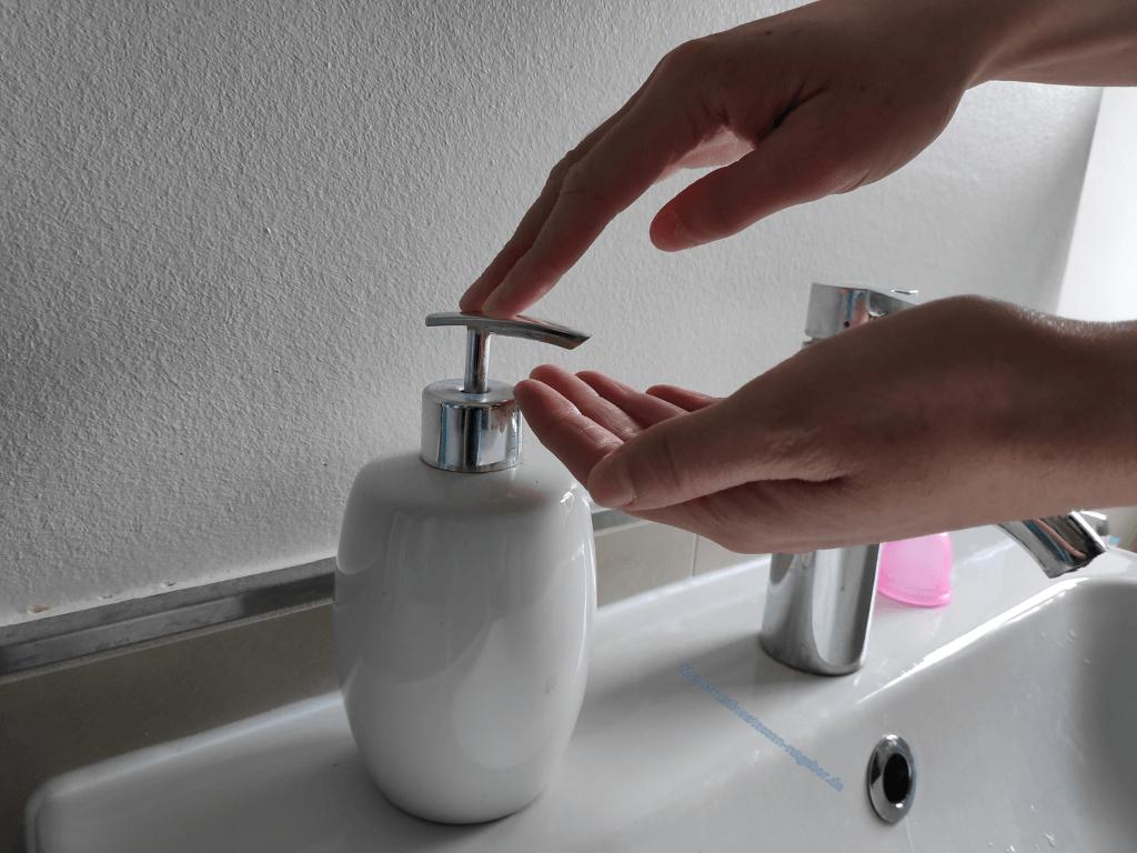 Hände und Waschbecken