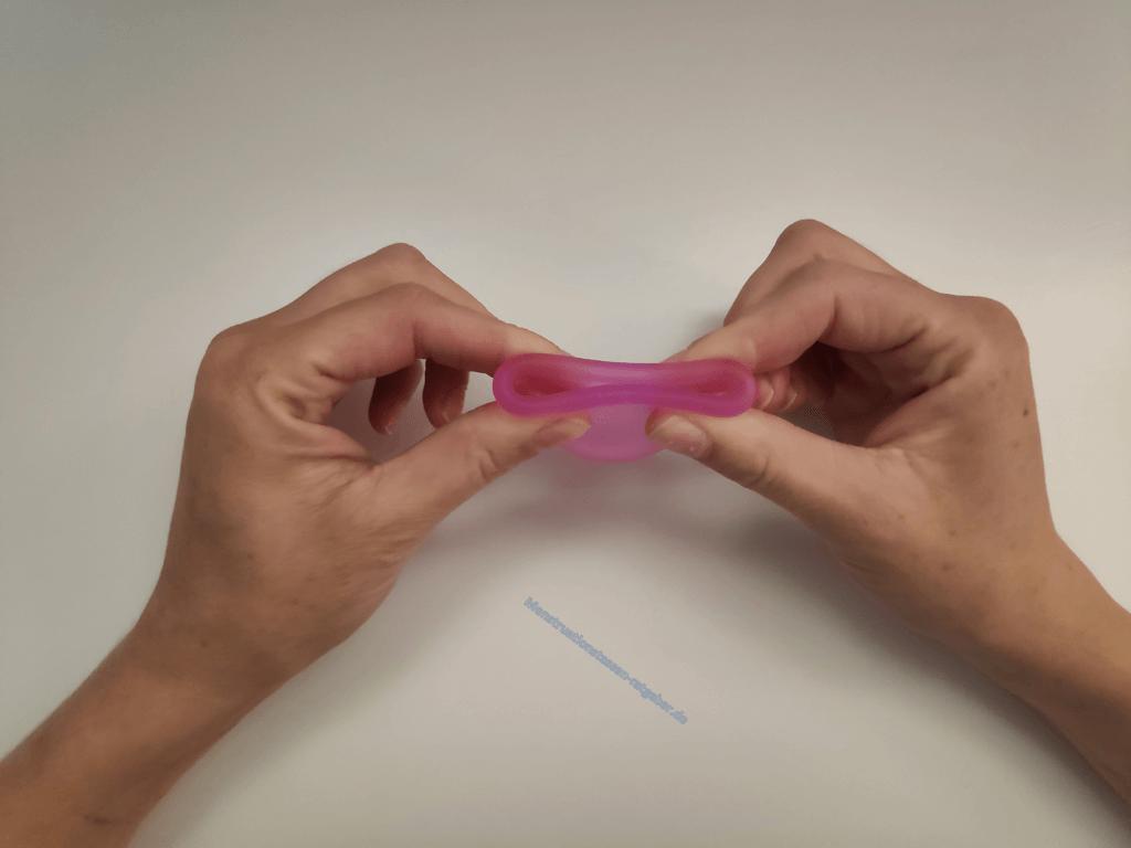 Menstruationstasse Dreiecksfaltung Schritt 1