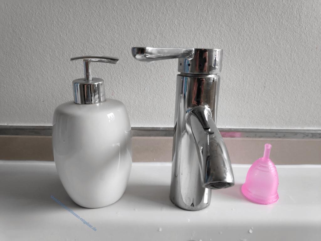 Menstruationstasse auf Waschbecken