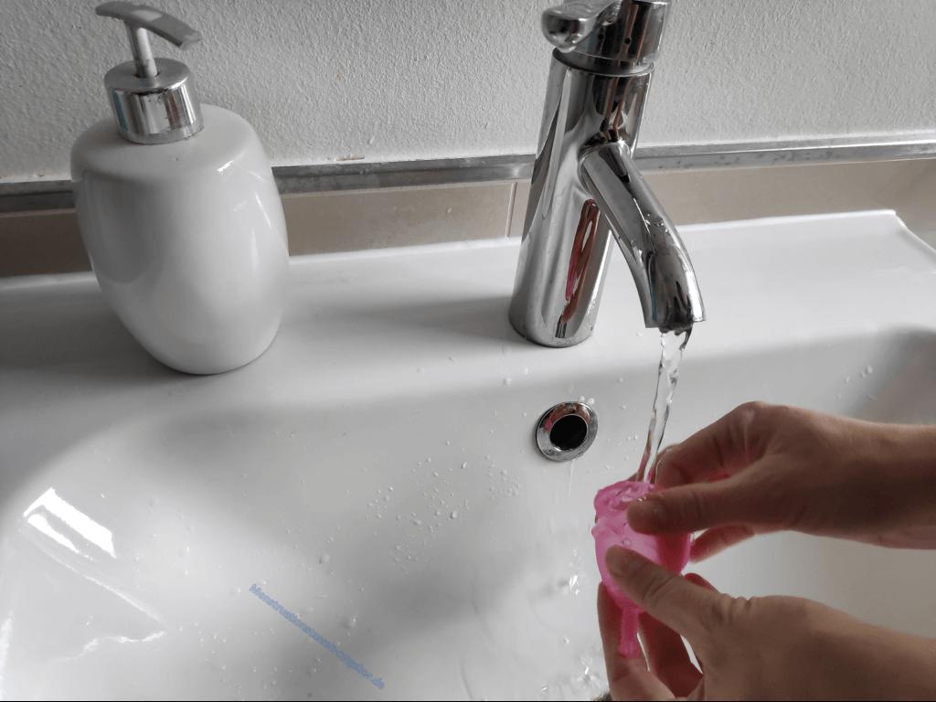 Menstruationstasse unterm Wasserhahn